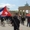 Radler*innen mit Kubafahnen vor dem Brandenburger Tor, Berlin, 29. Mai 2021