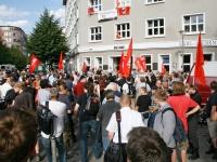 Anti-Faschisten deutlich in der Überzahl: Gegendemonstranten vor der Geschäftsst