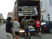 Die Bautzner Cuba Si-Freunde beim Beladen des Solidaritätscontainers