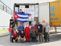 Helfergruppe nach der Beladung des Containers