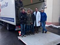 Cuba Sí-Aktive und Vertreter des Klinikums Chemnitz bei der Spendenübergabe